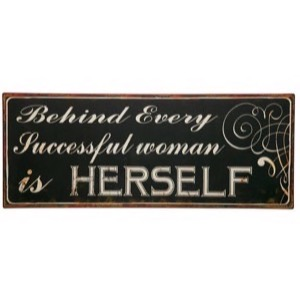 Metal skilt 76x31cm Behind Every Successful Woman is Herself - Se flere Metal skilte og Spejle