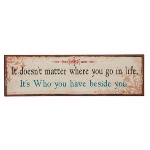 Metal skilt 51x15cm It Doesn't Matter Where You Go In Life - It's Who You Have Beside You - Se flere Metal skilte