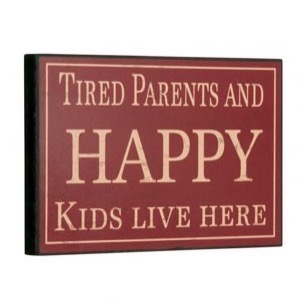 Træ skilt 25x16cm Tired Parents And Happy Kid Live Here