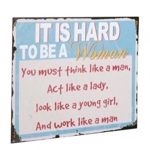Metal skilt 40x30cm It Is Hard To Be A Woman - Se metal skilte og spejle